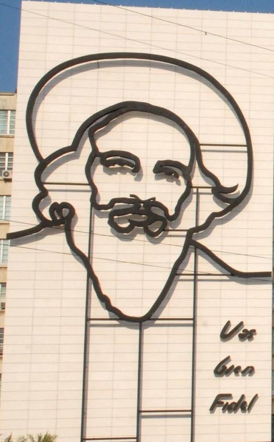 La silueta del rostro de Camilo, de barba y sombrero, fue montada en la  fachada del Ministerio de Informática y Comunicaciones, a 100 metros del  Ministerio del Interior, donde está desde 1993 la del Che. Foto: AIN.