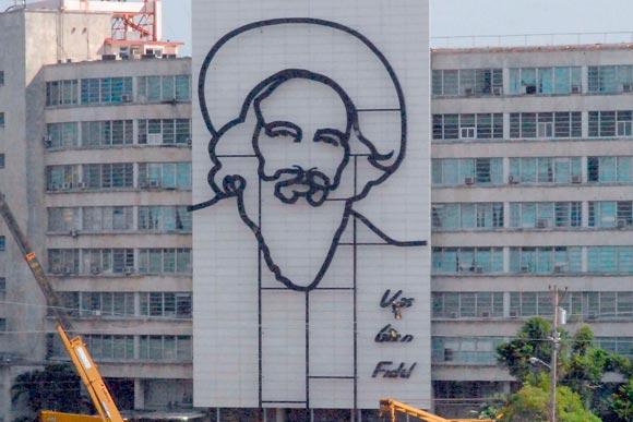 Imagen de Camilo Cienfuegos, del artista de la plástica Enrique Ávila instalada en la fachada lateral del edificio del Ministerio de Informática y Comunicaciones en la Plaza de la Revolución José Martí en la Habana, Cuba