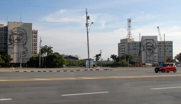 Imágenes de Ernesto Che Guevara en la fachada del edificio del Ministerio del Interior y Camilo Cienfuegos (der.) en la fachada del edificio del Ministerio de Informática y Comunicaciones en la Plaza de la Revolución José Martí en la Habana, Cuba