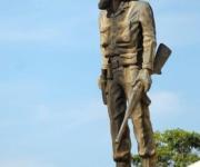 La estatua de bronce del Comandante Camilo Cienfuegos, creada por la escultora Thelvia Marín, uno de los elementos prominentes del conjunto escultórico erigido al Héroe de Yaguajay, en Yaguajay, Sancti Spíritus, Cuba, el 21 de octubre de 2009. AIN/ FOTO Oscar ALFONSO SOSA