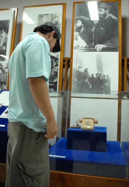 Joven observa el teléfono utilizado por Camilo durante su estancia en el otrora cuartel de Columbia, en Yaguajay, Sancti Spíritus, Cuba. AIN/ FOTOS Oscar ALFONSO SOSA