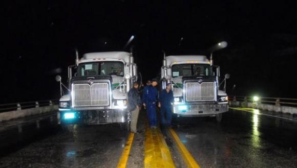 Camiones de gran tonelaje se utilizaron para detectar con censores de alta tecnología, hasta donde es capaz de ceder el puente de Bacunayagua, el 18 de octubre de 2009 AIN/FOTO Marisol RUIZ SOTO