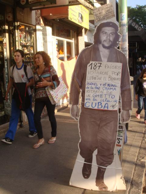 Ese cartel, con la imagen del Che apareció hoy en una calle de Buenos Aires. La foto nos la envió a Cubadebate un lector.