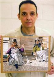 Antonio Guerrero con uno de sus dibujos que representa a dos bolivianas. Foto tomada en la prisión por un guardia de seguridad. (Archivo de Cubadebate)
