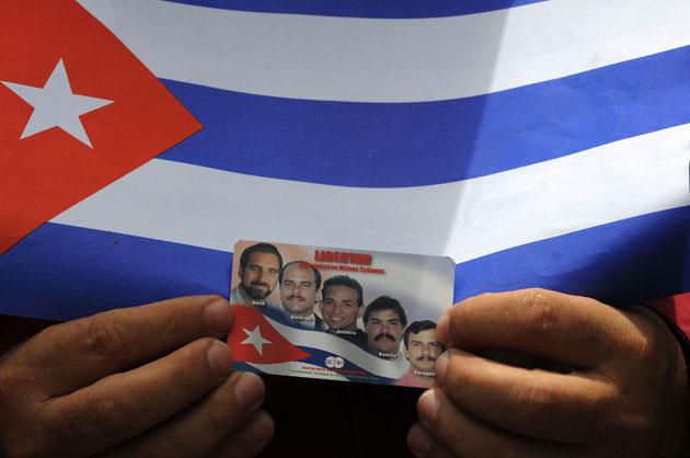 Fuera de la audiencia un integrante de los grupos de solidaridad con los Cinco muestra una imagen con los cubanos presos injustamente en Estados Unidos. Foto: Reuters.