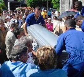Sepelio del destacado poeta cubano Cintio Vitier en la Necrópolis de Colón, en La Habana, Cuba, el 2 de octubre de 2009. AIN FOTO/Yaciel PEÑA DE LA PEÑA
