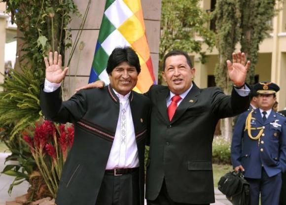 El presidente boliviano, Evo Morales (I) y su homólogo venezolano, Hugo Chávez (D), saludan a la prensa acreditada en la VII Cumbre de la Alianza Bolivariana para los pueblos de Nuestra América (ALBA), en Cochabamba, Bolivia, el 16 de octubre de 2009. AIN FOTO/Aizar Raldes/AFP