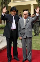 Evo Morales (I), presidente de Bolivia y José Ramón Machado Ventura (D), primer vicepresidente de los Consejos de Estado y de Ministros de Cuba, saludan a la prensa acreditada en la VII Cumbre de la Alianza Bolivariana para los pueblos de Nuestra América (ALBA), en Cochabamba, Bolivia, el 16 de octubre de 2009. AIN FOTO/Aizar Raldes/AFP