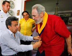 Fidel Castro fue condecorado en octubre 2009 por el Vicepresidente de Ecuador por su aporte a la Misión Manuela Espejo, para la atención a los discapacitados en el país andino. Foto: Archivo de Cubadebate