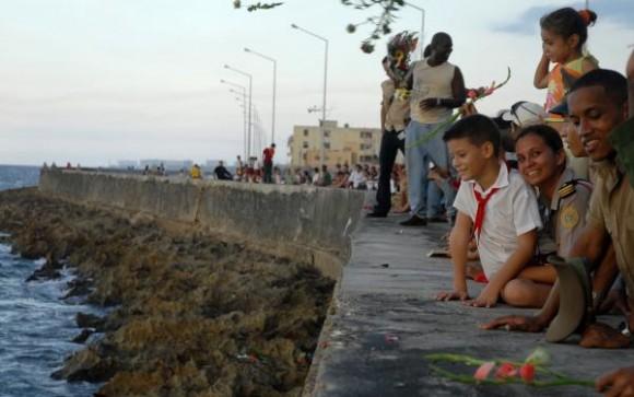 El pueblo de la capital cubana acudió al Malecón habanero en homenaje a Camilo Cienfuegos, en ocasión del aniversario 50 de la desaparición física del Héroe, el 28 de octubre de 2009. AIN FOTO/Omara GARCIA MEDEROS