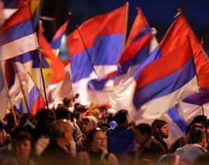 Simpatizantes de la coalición de izquierda Frente Amplio esperan frente a su sede hoy, 25 de octubre de 2009, en Montevideo, los resultados de las mesas receptoras de votos de las elecciones generales celebradas hoy en Uruguay en las que, según estimaciones oficiales, cerca del 90 por ciento de los habilitados para votar concurrieron a las urnas. EFE/Iván Franco