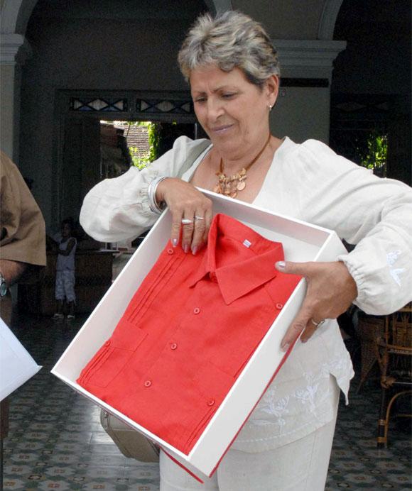 Guayabera donada por el presidente de la República Bolivariana de Venezuela Hugo Chávez Frías, al proyecto cultural de Sancti Spíritus, el 24 de octubre de 2009. (Foto Alfonso Sosa/AIN)