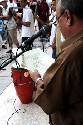 Ciro Bianchi, promotor de este Museo, lee la carta enviada por Hugo Chávez, junto a la guayabera. (Foto: Liborio Noval)