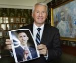 Thorbjorn Jagland muestra la foto del Premio Nobel de la Paz.