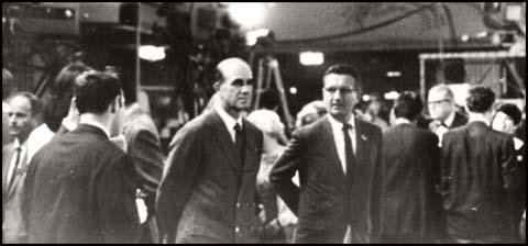 Fotografía que muestra Shane O'Sullivan afirma Gordon Campbell y George Fotografía que muestra a Gordon Campbell y George Joannides en el Hotel Ambassador en la noche en que Robert F. Kennedy fue asesinado.