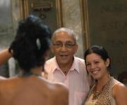 Juan Formell (C), director de los Van Van, posa para los fotografos, con estudiantes participantes en el acto de entrega de la Placa Conmemorativa Aniversario 280 de la Universidad de La Habana (UH), otorgada a la orquesta, en el Aula Magna de la UH.