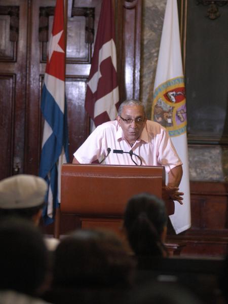 Juan Formell, director de los Van Van, interviene luego de recibir la Placa Conmemorativa Aniversario 280 de la Universidad de La Habana (UH), otorgada a la orquesta, en el Aula Magna de la UH, el 29 de octubre de 2009.
