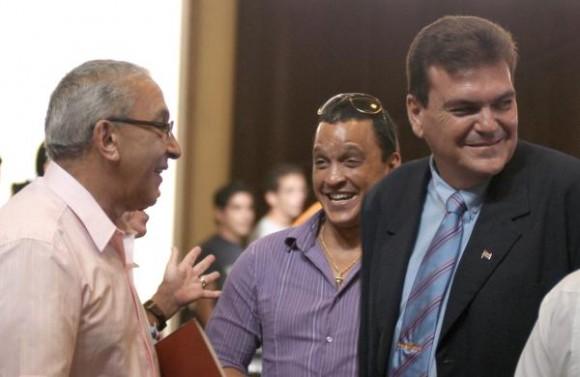 Juan Formell (I), director de los Van Van , Gustavo Cobreiro (D), rector de la Universidad de La Habana (UH), y Samuel Formell (C), durante el acto de entrega a dicha orquesta de la Placa Conmemorativa Aniversario 280 de la UH, en el Aula Magna, el 29 de octubre de 2009.