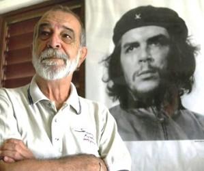 Alberto Korda frente a su mitica foto del Che (Foto AP)