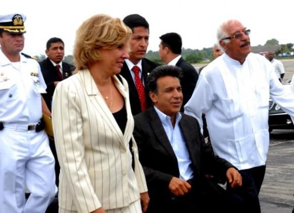 """Lenín Moreno Garcés (C), Vicepresidente de la República del Ecuador, fué recibido por Ana Teresita Gonzalez Fraga (I), Vicecanciller cubana y Universi Zambrano (D), Embajador del Ecuador en Cuba, el 18 de Octubre de 2009, en la Terminal No. 1 del Aeropuerto Internacional """"José Martí"""" AIN FOTO/Oriol de la Cruz ATENCIO"""