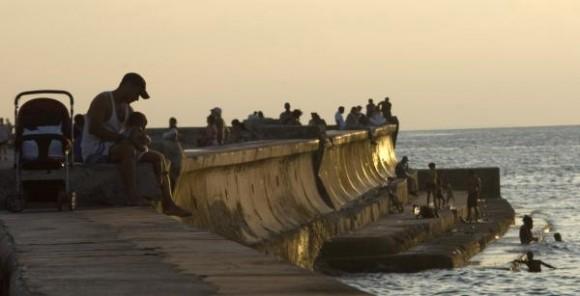Sección del Malecón de La Habana, Cuba, durante un atardecer de verano, el 30 de octubre de 2009. AIN FOTO/Sergio Abel REYES
