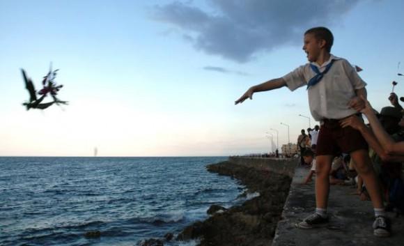 Ofrenda de flores al mar del pueblo de la Habana en ocasión del aniversario 50 de la desaparición física de Camilo Cienfuegos, en el Malecón habanero, Cuba, el 28 de octubre de 2009. AIN FOTO/Omara GARCIA MEDEROS