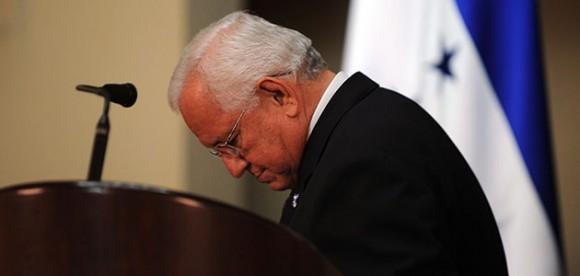 Foto: Micheletti tras su comparecencia de esta noche - AFP PHOTO/Yuri CORTEZ