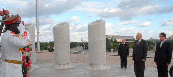 Miguel Angel Moratinos, ministro español del exterior rinde homenaje a Martí