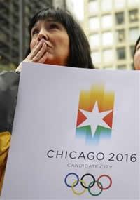 Residente en Chicago reacciona con tristeza durante el anuncio del Comité Olímpico Internacional sobre la próxima sede de los Juegos Olímpicos de 2016 el viernes 2 de octubre de 2009. (Foto AP)