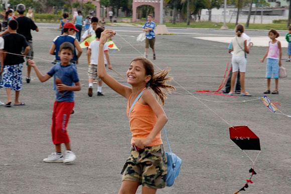 En la plaza de actos de Cienfuegos, con motivo de la jornada Camilo - Che, y por el Día del Cuidado del Medio Ambiente, los niños realizaron un Festival de Papalotes, el 24 de octubre de 2009.