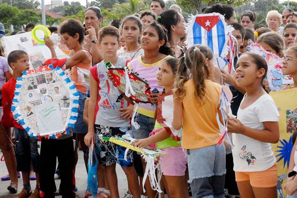 Festival de Papalotes, realizado por niños cienfuegueros con motivo de la jornada Camilo-Che y por el Día del Cuidado del Medio Ambiente, el 24 de octubre de 2009, en la plaza de actos de la provincia de Cienfuegos.