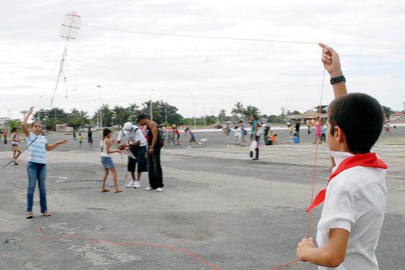 Niños cienfuegueros empinando papalotes, en el festival con motivo de la jornada Camilo-Che y por el Día del cuidado del medio Ambiente, el 24 de octubre de 2009, en la plaza de actos de la provincia de Cienfuegos.