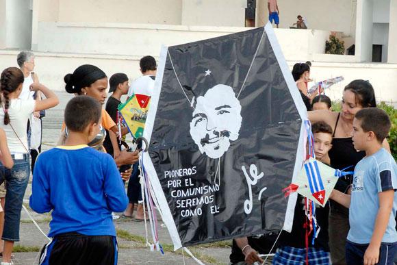 Papalote con la imagen del Che, realizado por niños cienfuegueros, con motivo de la jornada Camilo-Che, el 24 de octubre de 2009, en la plaza de actos de la provincia de Cienfuegos.