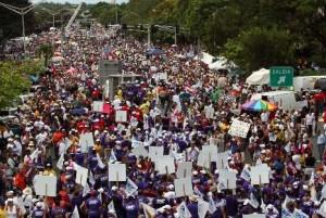 San Juan, Puerto Rico.  Dia del Paro Nacional en protesta por los miles de empleaodos publicos despedidos por la actual administracion.  En la foto la avenida Rosevelt.