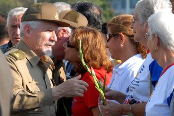 El Comandante de la Revolución, Ramiro Valdés Menéndez (I), miembro del Buró Político del Comité Central del Partido Comunista de Cuba, saluda a familiares de los cinco héroes cubanos encarcelados en los Estados Unidos, en el acto político y peregrinación. (Foto: Omara García Mederos)
