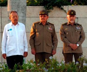 Raul, Faure Chomón y Ramiro Valdez en ceremonia inumación de combatientes caidos