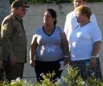 l General de Ejército, Raúl Castro Ruz (I), Presidente de los Consejos de Estado y de Ministros de Cuba, compartió con los familiares de los caídos durante la guerra de liberación, pertenecientes al Frente de Las Villas, inhumados en el mausoleo que forma parte del complejo escultórico Ernesto Che Guevara, en Santa Clara, provincia de Villa Clara, el 8 de octubre de 2009 AIN FOTO/Arelys María ECHEVARRIA RODRIGUEZ