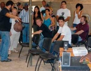 Kcho presenta a Sean los integrantes de la brigada. Foto: Evelio Medina Rodríguez