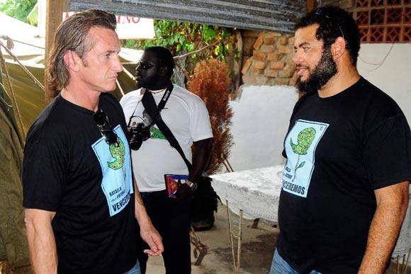 Sean Peen en su recorrido por la Isla de la Juventud en Cuba, acompañado por Alexis Leyva Machado (Kcho)