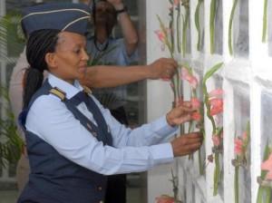 a Coronela, Portia Ntsoaki More, Directiva que preside la Delegación del Colegio de Guerra del Ministerio de Defensa de Sudáfrica, durante la colocación de ofrendas florales en el Panteón a los Caídos en Defensa de la Patria, en el Cementerio de Colón, de la capital cubana el 13 de Octubre de 2009 AIN FOTO/Oriol de la Cruz ATENCIO