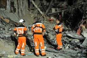 Hasta 4.000 personas seguirían sepultadas bajo los escombros después del fuerte sismo que estremeció el miércoles la isla indonesia de Sumatra, anunció en la mañana de este sábado (hora local) un responsable de la ONU en Yakarta. (Foto: AFP)