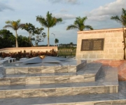 En el centro la estrella, desde donde brotará la llama eterna. A la derecha réplicas de tres fusiles M_1 y el escudo cubano,que simbolizan las fuerzas revolucionarias que participaron en las acciones del Frente Norte de Las Villas, en Yaguajay, Sancti Spíritus, Cuba, el 20 de octubre de 2009. AIN/ FOTO Oscar ALFONSO SOSA