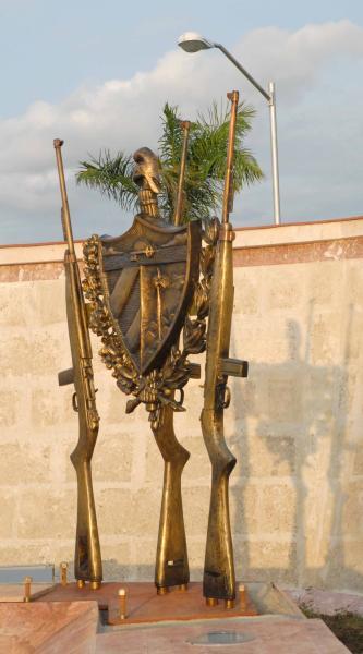 Réplica de tres fusiles M-1 y del escudo cubano, que representan las tres fuerzas revolucionarias que participaron en las acciones del Frente Norte de LAs Villas, en Yaguajay, Sancti Spíritus, Cuba, el 20 de octubre de 2009. AIN/ FOTO Oscar ALFONSO SOSA