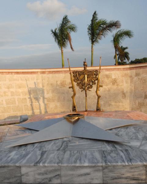 Conjunto donde se observa en primer plano la estrella de donde brotará la llama eterna. Al fondo réplica de tres fusiles M-1 y el escudo cubano, en Yaguajay, Sancti Spíritus, Cuba, el 20 de octubre de 2009. AIN/ FOTO Oscar ALFONSO SOSA