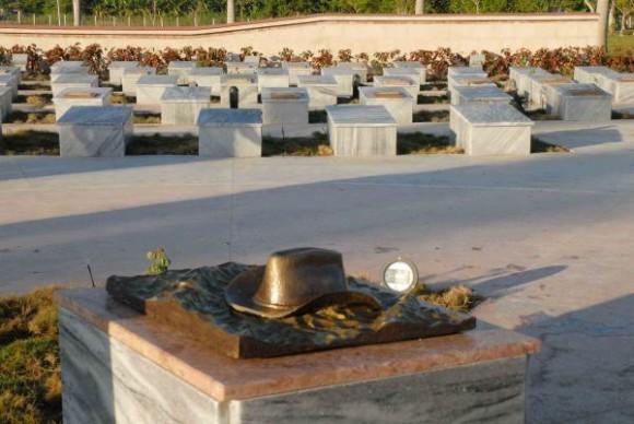 En primer plano, el nicho de Camilo. Encima el sombrero alón sobre olas, moldeados en bronce por la escultora Thelvia Marín. En segundo plano vista de una parte de los nichos del Mausoleo Frente Norte de LAs Villas que se construye en Yaguajay,Sancti Spíritus, Cuba, el 20 de octubre de 2009. AIN/ FOTO Oscar ALFONSO SOSA