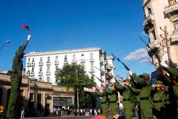 Salvas durante el acto central por el aniversario 138 del fusilamiento de los ocho estudiantes de medicina, en La Habana, Cuba, el 27 de noviembre de 2009. Foto: Abel Ernesto Rubio Estrada