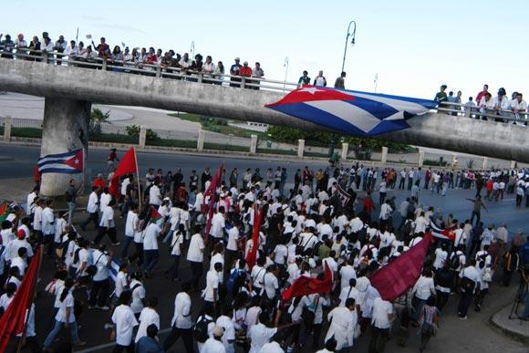 Marcha de jóvenes universitarios y pueblo en La Habana, Cuba, el 27 de noviembre de 2009 en ocasión del Aniversario 138 del fusilamiento de los ocho estudiantes de medicina asesinados en 1871. Foto: Sergio Abel Reyes