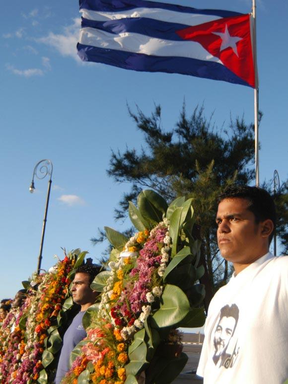 Ofrendas florales fueron depositadas en La Habana, Cuba, el 27 de noviembre de 2009 en ocasión del Aniversario 138 del fusilamiento de los ocho estudiantes de medicina asesinados en 1871. Foto: Sergio Abel Reyes