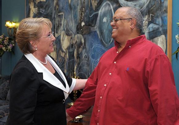 Michelle Bachelet recibe a Pablo Milanés en La Moneda (Foto: AFP)