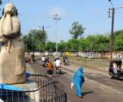 La gente camina junto a una estatua de una mujer con un niño muerto en sus brazos en Bhopal, India, el 18 de noviembre de 2009. (RAVEENDRAN / AFP / Getty Images)